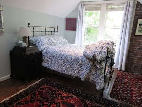 Cozy & Thrifty - Blue room, near downtown