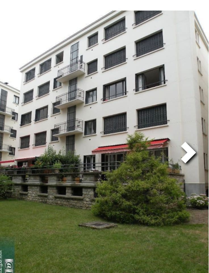 La façade arrière de l'immeuble. La chambre donnant sur le jardin