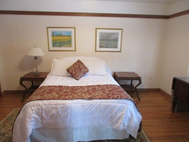 LAKE WALLENPAUPACK -LAKEFRONT - ESTATE- ROOM  102