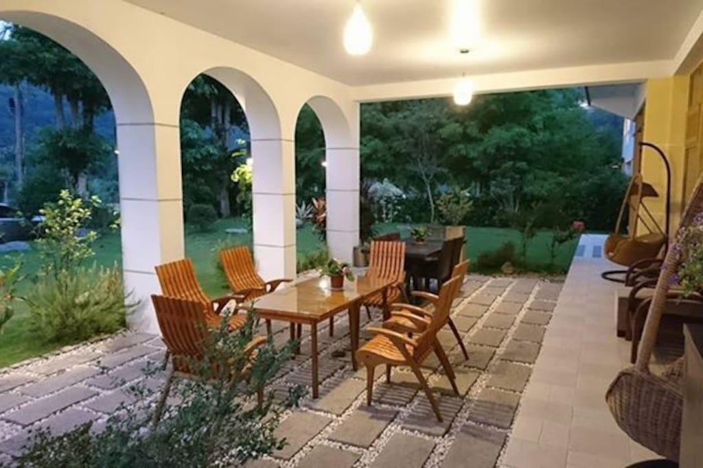 戶外也有面對花園的餐桌