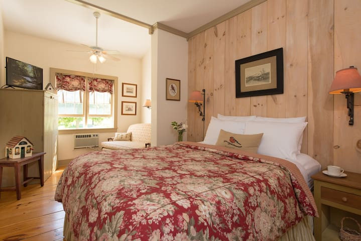 Silver Maple queen room - Inn at Silver Maple Farm