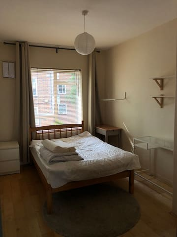 Spacious double room in Islington