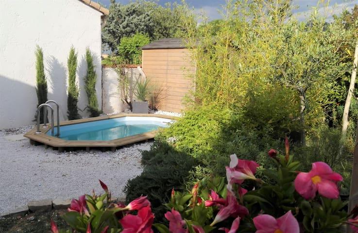 Jolie petite maison avec piscine privée au calme