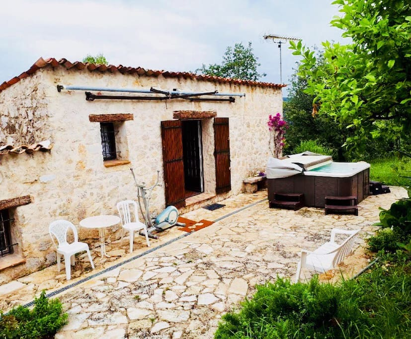 Villa avec terrasse / accès Jacuzzi et piscine / 2 chambres , cuisine aménagée, salle de bain et salon