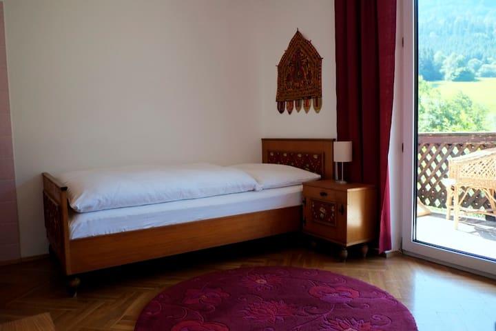Purpurrotes Einzelzimmer in wunderschönem Landhaus