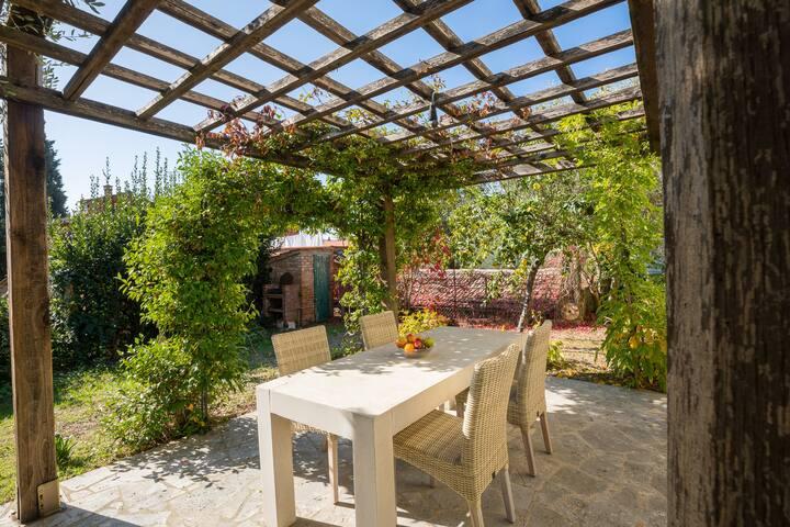 Casa con giardino a pochi passi dal paese