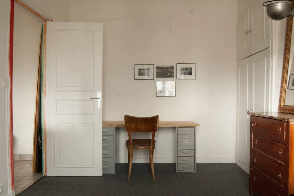Chambre - Bureau (nombreux plateaux et tréteaux : possibilité d'installer jusqu'à 5 tables de travail)