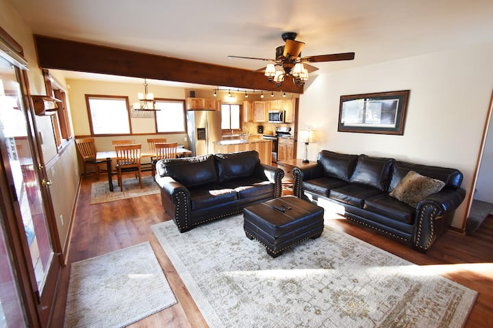 Pet Friendly! Big Deck, Views. Easy Drive to Slopes, Dining