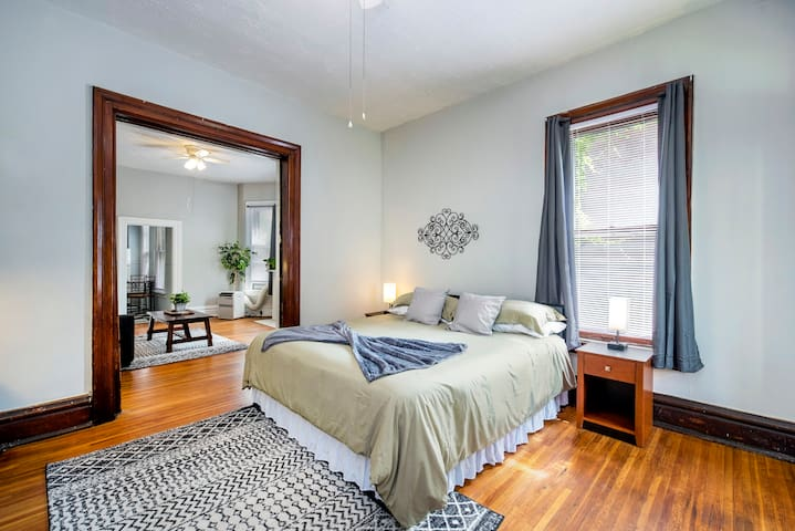 With a plush king-size bed and an additional pull out couch, you'll find it easy to catch up on rest in this peaceful neighborhood.  DISCLAIMER -- These photos are professional and had ideal lighting at the time.