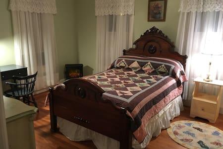 Saratoga Sweet Spot, bedroom w/private bath