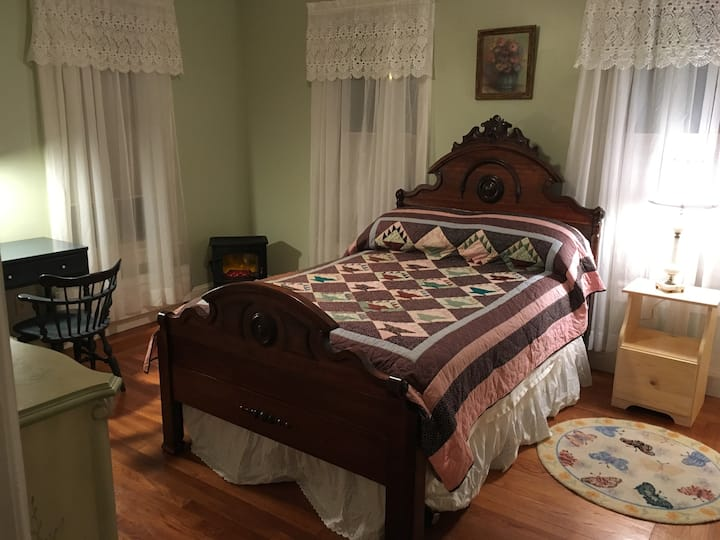 Saratoga Sweet Spot, bedroom w/private bath