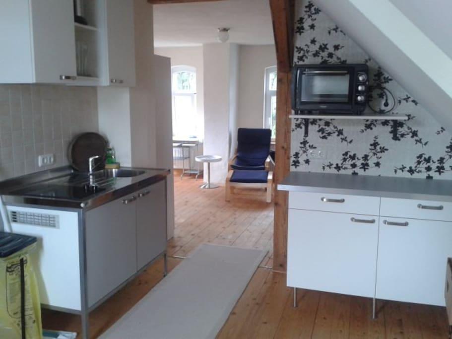 Küche und im Hintergrund der Wohn/Schlafraum