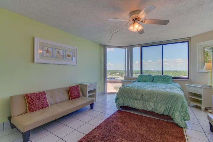 Beachfront condo with access to pools, fitness, & game room - snowbirds welcome!