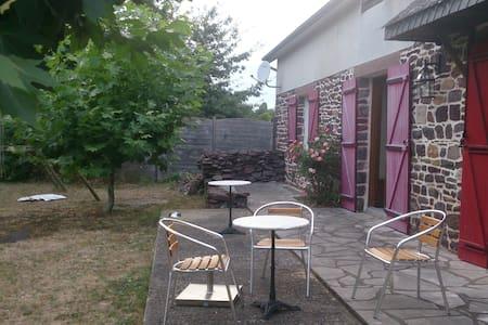 Chez Stéphane et Chantal: une chambre au calme - Montfort-sur-Meu - House
