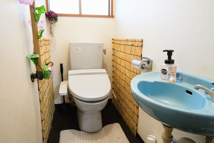 Toiret:This toilet has the latest features/便座のヒーターやウォッシュレットが装備