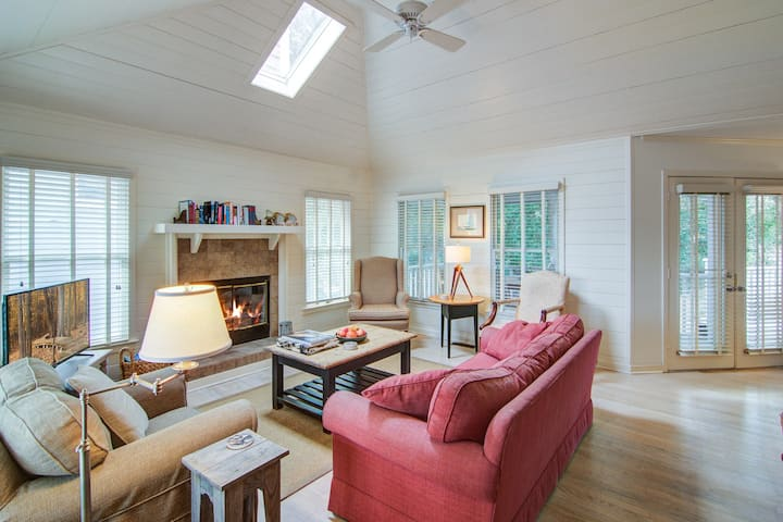 Casual cottage w/screened porch & shared pool - walk to the beach!