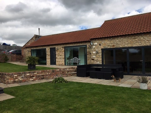 The Old Stables, Luxury Holiday Home with Hot Tub.