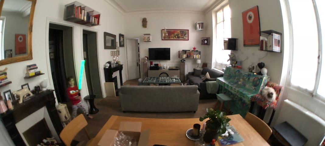 Chambre dans appartement style petite maison-Paris