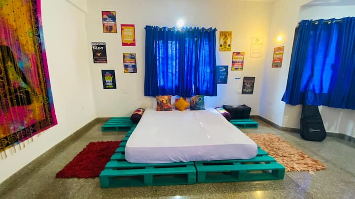 designer private room with breakfast /wifi anjuna