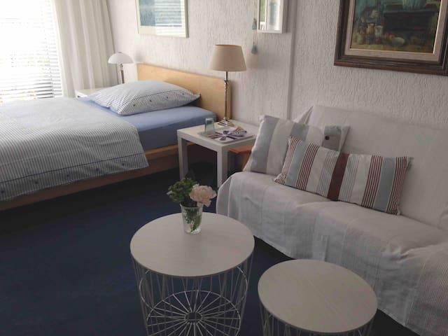 Das geräumige Zimmer mit Doppelbett und Sofa.