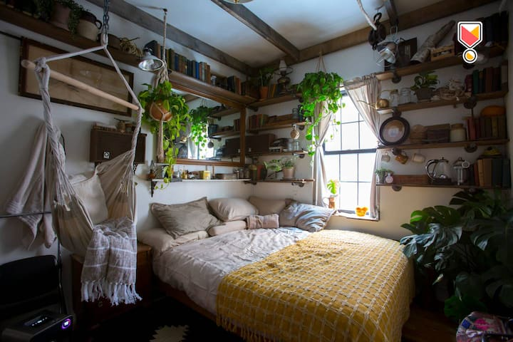 """""""The Cabin"""" —Private Queen Bedroom in Jungly Apt."""