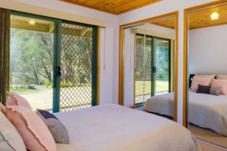 Yackandandah Escape queen size room