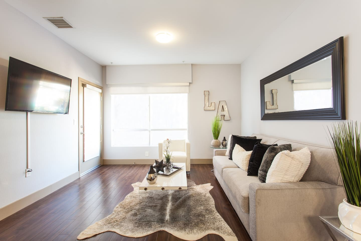 Hollywood Hot Spot Suite! 100 ft to Walk-of-Fame! - Apartments for ...