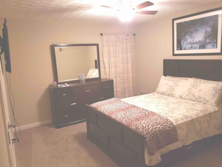 W) Private comfortable bedroom/priv bathroom/cable
