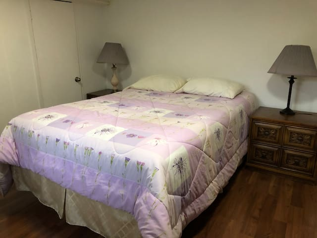 Comfortable firnished room near metro, HEC,UdM,JGH