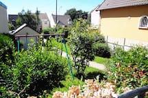 le jardin et la balançoire
