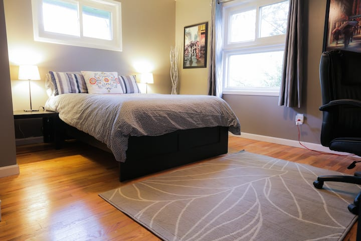 Sunny Bedroom in Home - Close to Red Line Metro