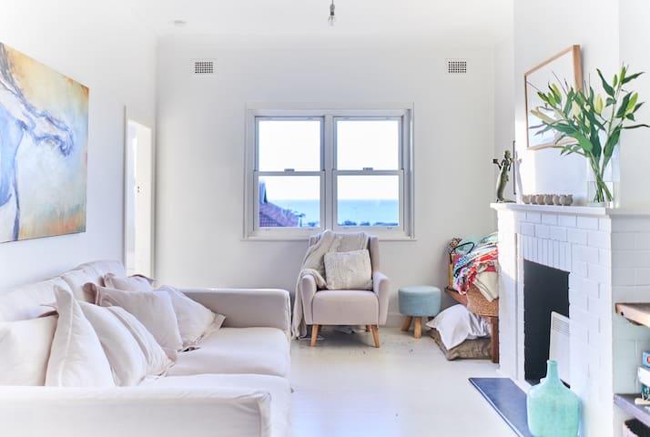 Sunlit room, ocean views, 250m to Tama, 700m Bondi