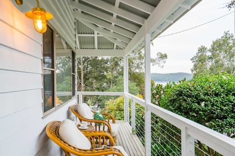 Pretty Beach Cottage with views over the Bay