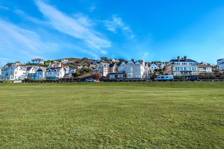 Bright & Airy Woolacombe Beach View Apartment