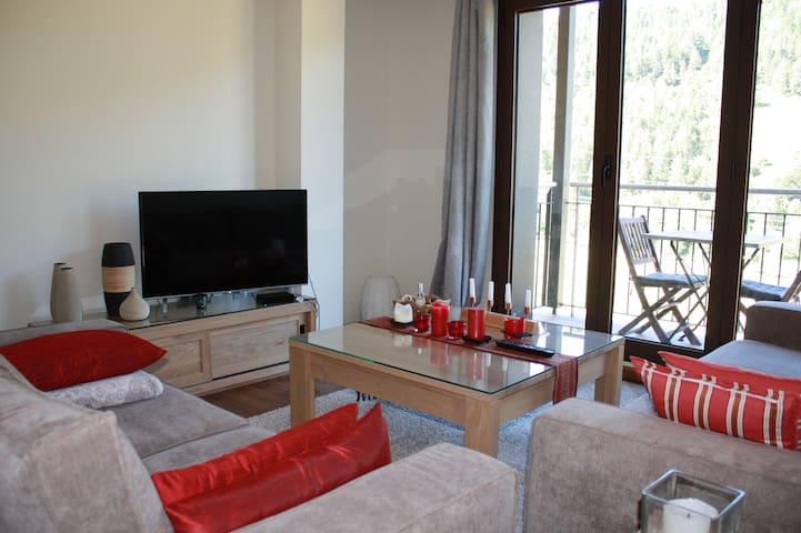 salon 2 canapés, table et TV 4K, vue sur montagne et balcon