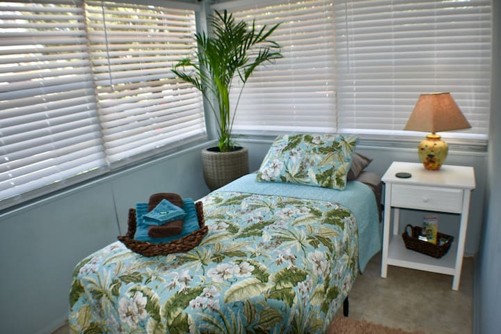 Cozy Bedroom #4 for Travelers ❤️ Walk to Downtown!