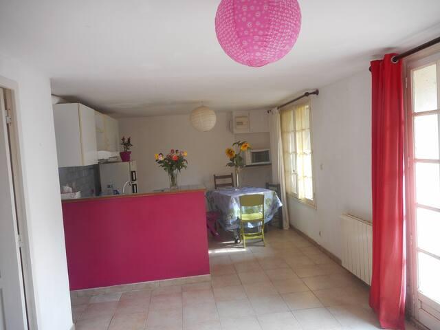 Appartement de plain pied dans maison proche Aix