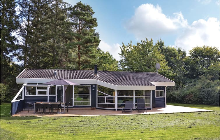 Holiday cottage with 4 bedrooms on 98 m² in Dronningmølle