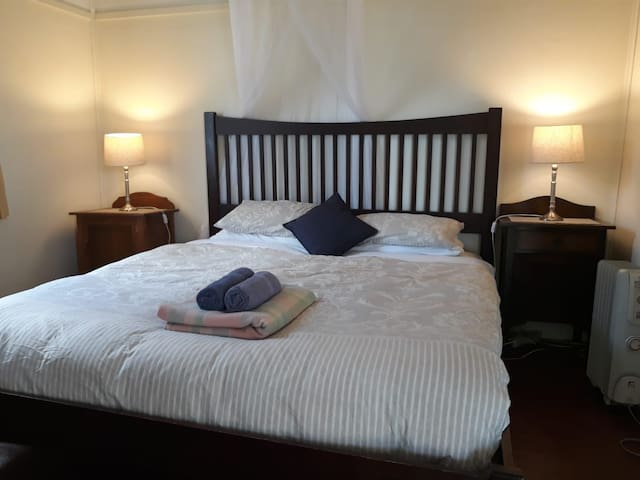 Seacroft Room 14 - King Bed - AMAZING LOCATION