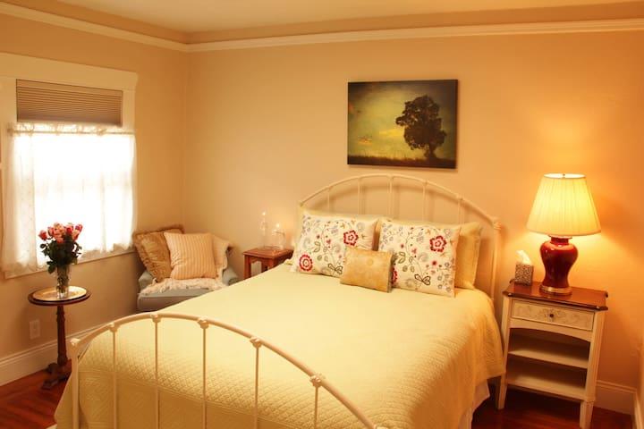 Private bedroom and bathroom close to CalTrain