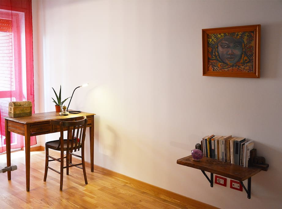 La scrivania in camera/a desk in the room