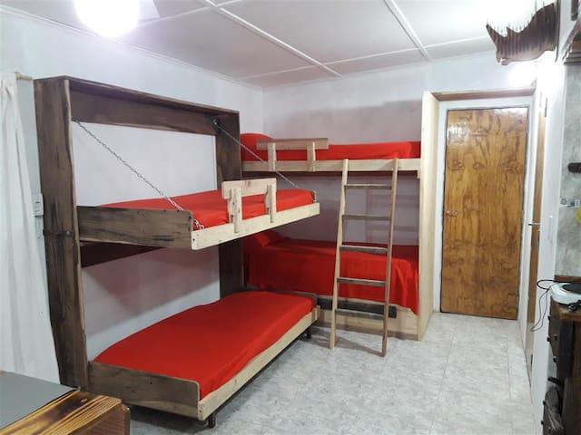 Living con cuchetas y camas plegables.