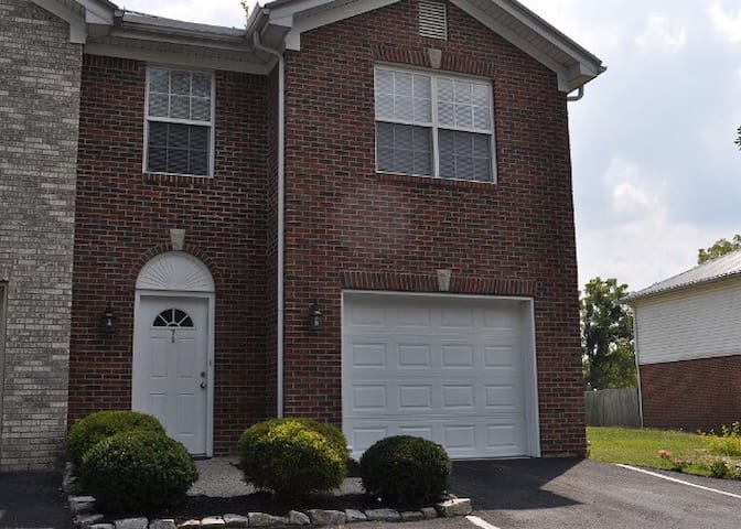 TOWNHOME! MINUTES FROM LOUISVILLE ! - Shepherdsville - Townhouse