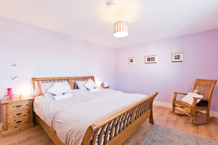 Modern Cosy rooms close to Dublin Airport & City.