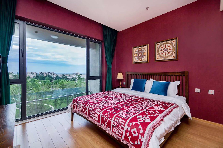 主卧落地大海景,床上看日出。复古风格装修和床品。