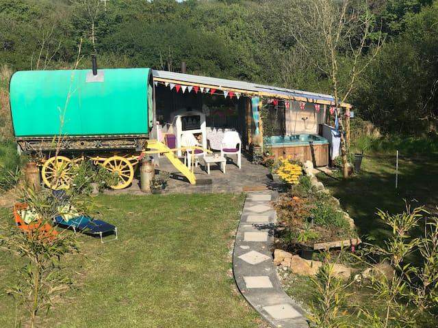 5* Romantic retreat private gypsy caravan & hottub
