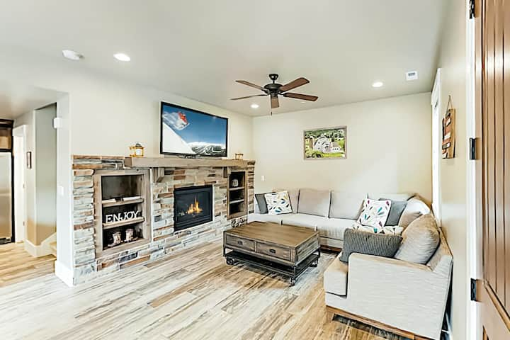 Contemporary townhome near slopes w/ clubhouse pool table &  shared pool/hot tub