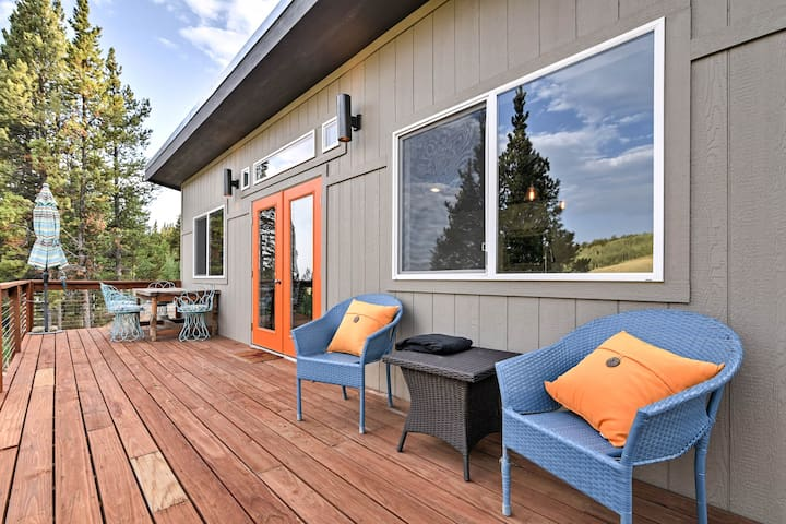 The well-furnished deck overlooks Beaver Creek Valley.