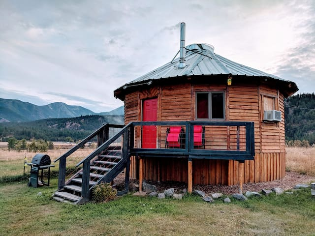 Northern Montana Yurt/ free WiFi & breakfast