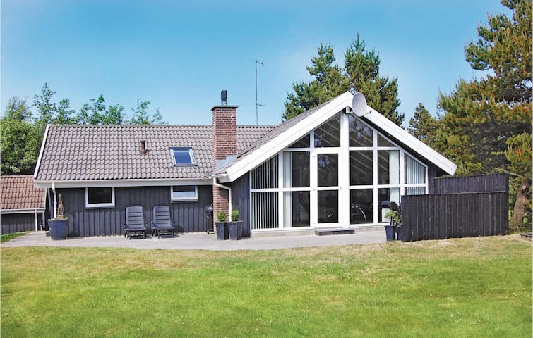 Holiday cottage with 4 bedrooms on 100 m² P32173